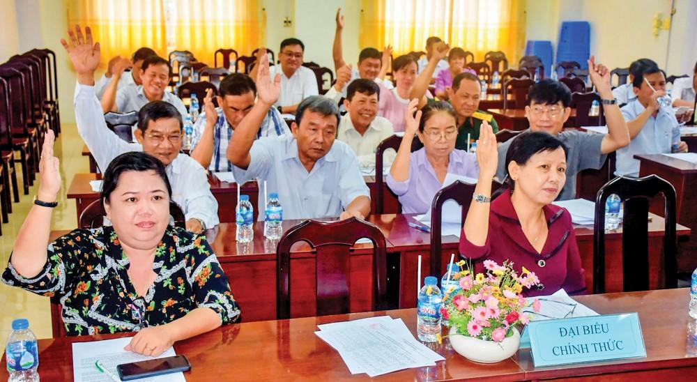 Các đại biểu biểu quyết thống nhất lập danh sách 54 người ứng cử đại biểu HĐND quận nhiệm kỳ 2021-2026. Ảnh: XUÂN ĐÀO