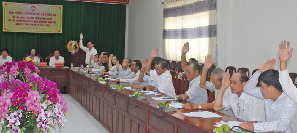 Biểu quyết thống nhất danh sách những người đủ tiêu chuẩn ứng cử đại biểu HĐND quận Cái Răng nhiệm kỳ 2021-2026. Ảnh: TÂM KHOA