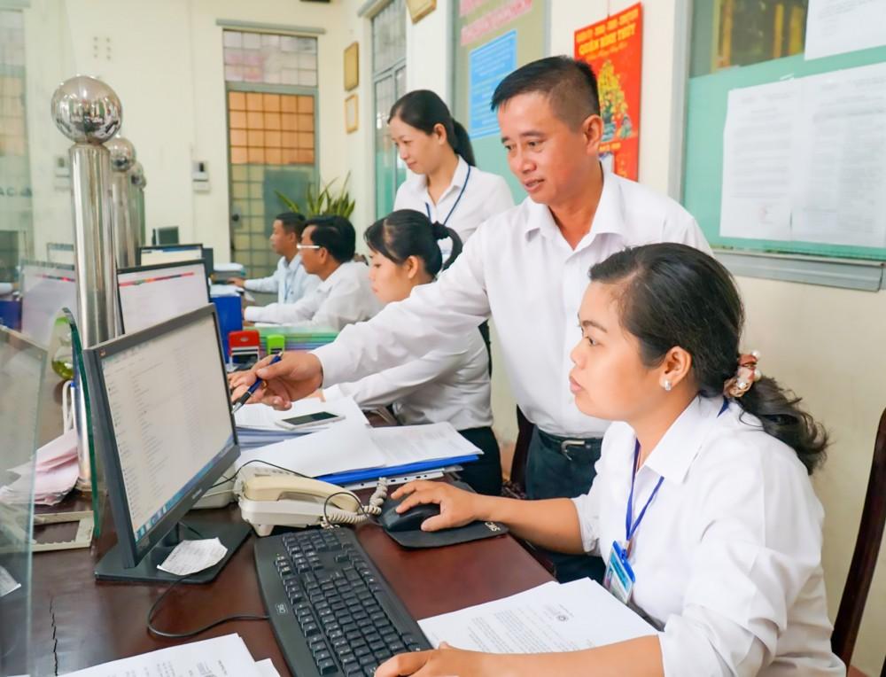 Cán bộ, công chức phường Trà Nóc, quận Bình Thủy được đào tạo nâng cao trình độ đã thực hiện tốt nhiệm vụ chuyên môn.