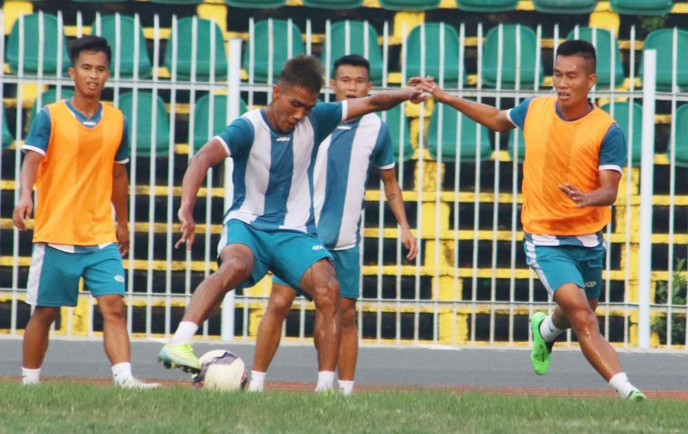 Các cầu thủ Cần Thơ tập luyện chuẩn bị cho trận đấu với Quảng Nam.