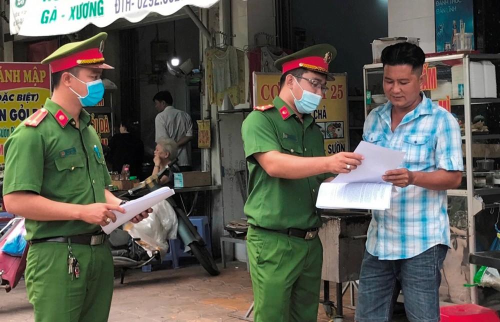 Công an phường Tân An phát tờ rơi tuyên truyền, vận động người dân tham gia giữ gìn trật tự đô thị.