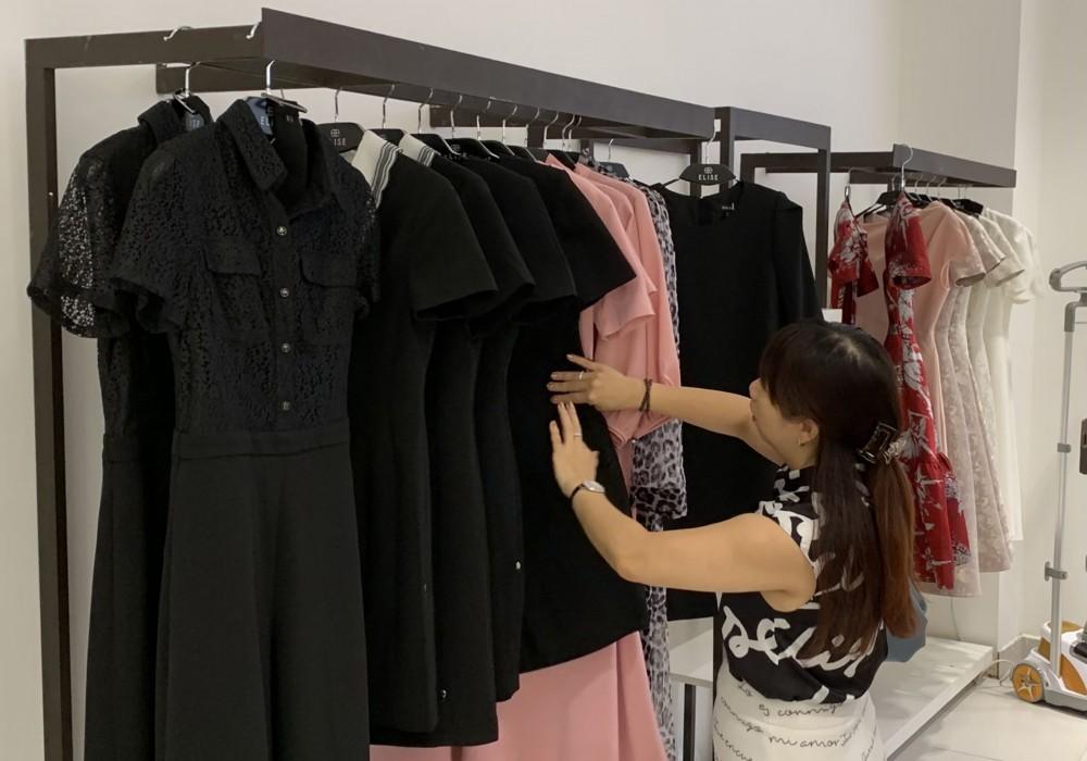 Khách hàng mua sắm tại Cửa hàng Elise Cần Thơ.