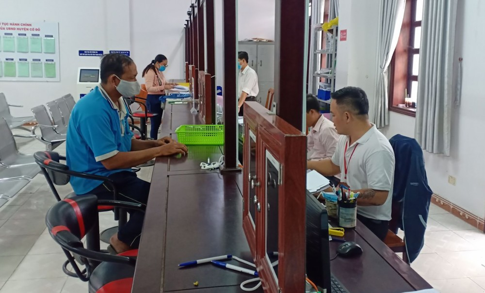 Người dân thực hiện thủ tục chứng thực hợp đồng, giao dịch tại Bộ phận Tiếp nhận và trả kết quả của UBND huyện Cờ Đỏ.