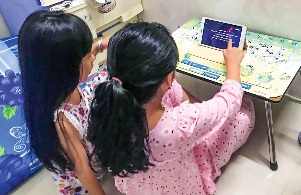 Phụ huynh cần quan tâm các mối quan hệ bạn bè cũng như việc con sử dụng mạng xã hội, phòng ngừa bị bắt nạt.
