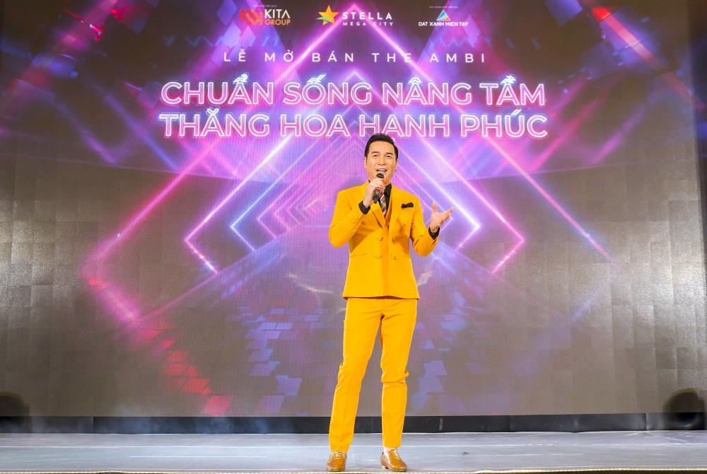 Nam ca sĩ - vũ sư Nguyễn Hưng khuấy động không khí náo nhiệt, mang đến cho khách hàng trải nghiệm khó quên tại sự kiện công bố phân khu The Ambi.