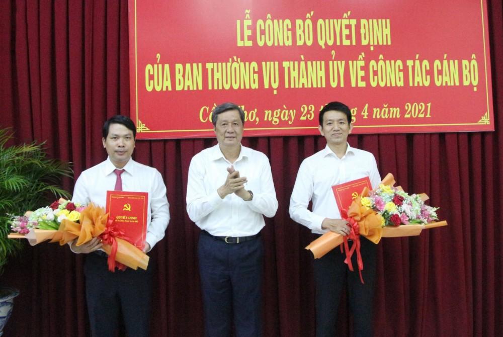 Đồng chí Phạm Văn Hiểu, Phó Bí thư Thường trực Thành ủy, Chủ tịch HĐND thành phố, trao quyết định và hoa chúc mừng các cán bộ.