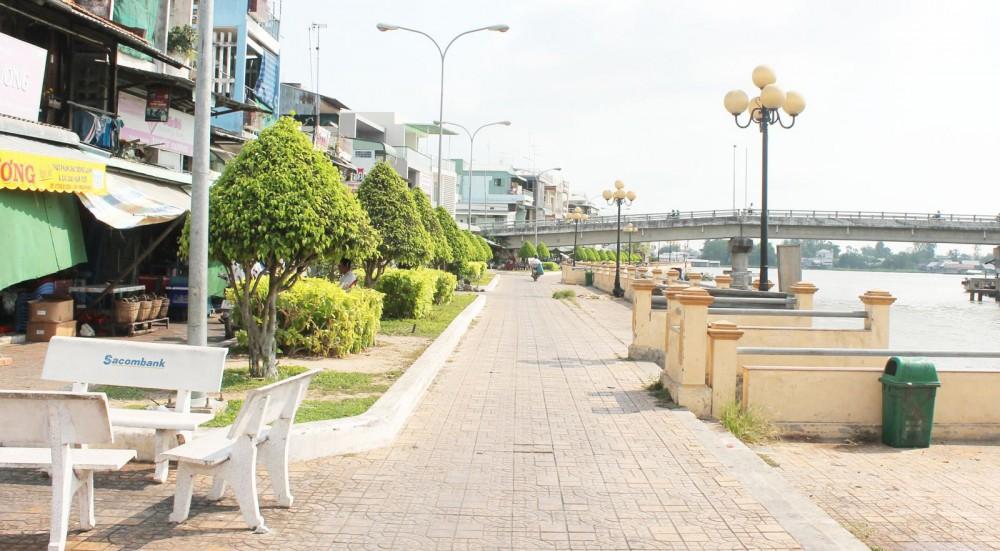 Bờ kè sông Thốt Nốt xây dựng kiên cố, vừa có tác dụng phòng chống sạt lở, vừa góp phần chỉnh trang đô thị sạch, đẹp.
