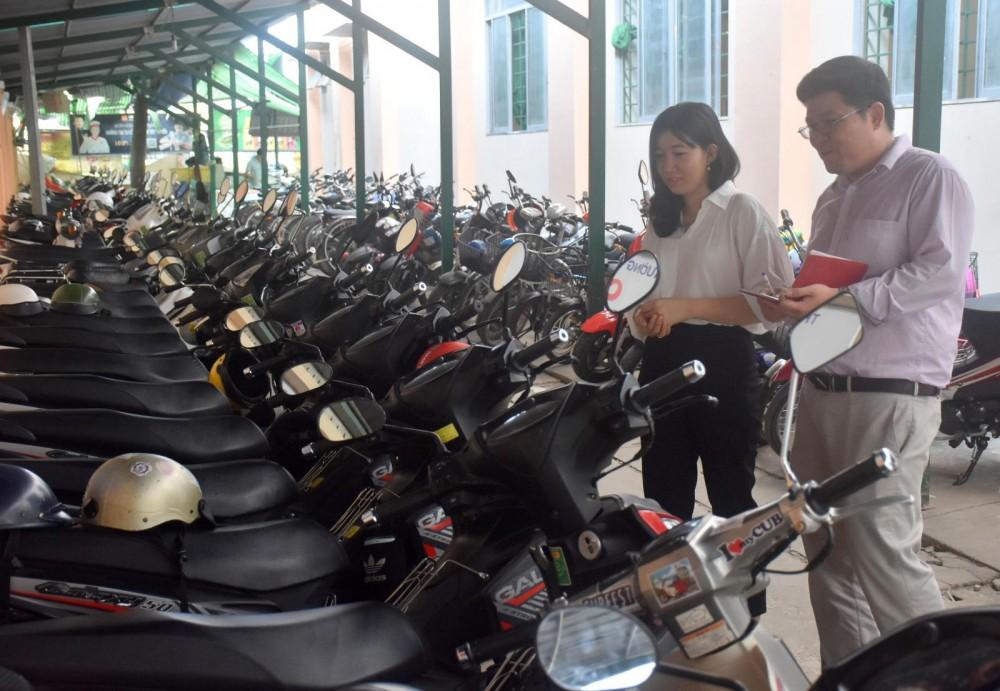 Kiểm tra xe của học sinh đậu tại nhà xe của trường là việc làm hằng ngày của  Đoàn Trường THPT Nguyễn Việt Hồng.