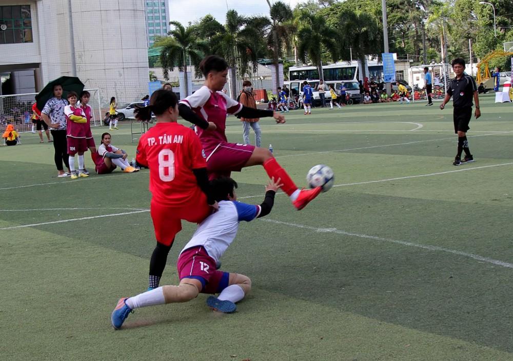 Pha tranh chấp quyết liệt của các nữ cầu thủ trong trận mở màn.