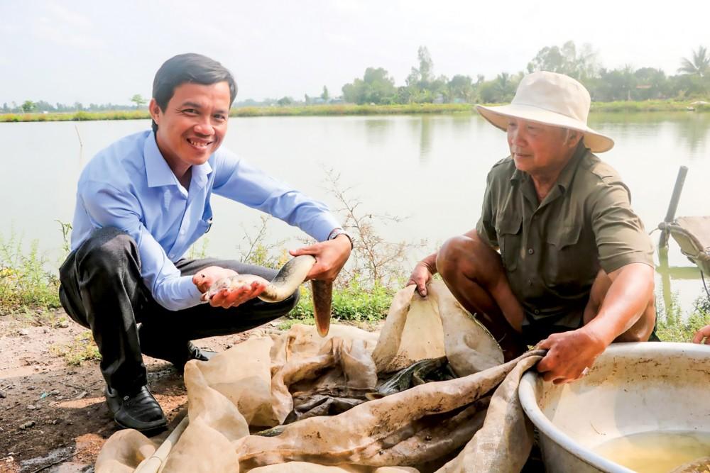 Mô hình nuôi cá chạch lấu kết hợp với cá heo giúp nông dân làm giàu.