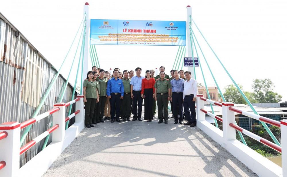 Cầu Kênh Ngang nhỏ trong ngày khánh thành.