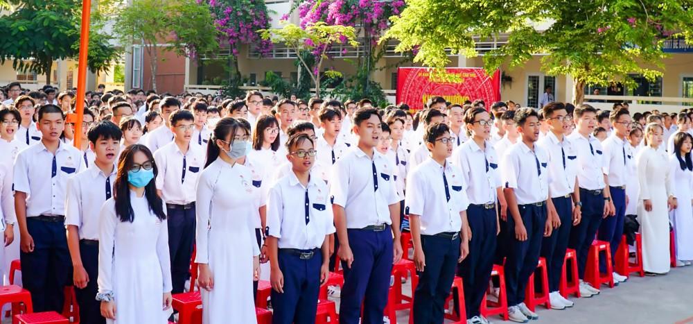 NV1 được mặc định là Trường THPT Chuyên Lý Tự Trọng. Trong ảnh: Giờ chào cờ của học sinh Trường THPT Chuyên Lý Tự Trọng.