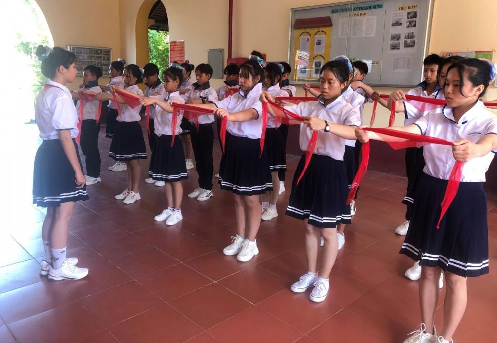 Đội dự thi của Hội đồng Đội huyện Cờ Đỏ tham gia phần thi bắt buộc Nghi thức Đội.