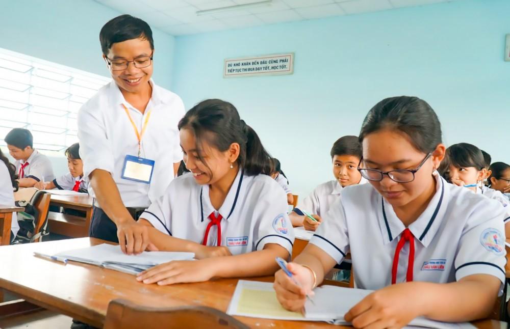 Trong giảng dạy, thầy Triệu Văn Huynh luôn tận tụy hướng dẫn, động viên học sinh nỗ lực vươn lên học tập tốt.