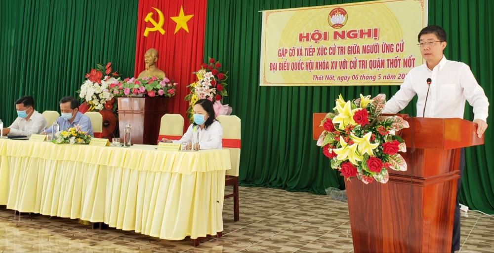 Người ứng cử đại biểu Quốc hội khóa XV, đơn vị bầu cử số 3, trình bày chương trình hành động với cử tri quận Thốt Nốt.