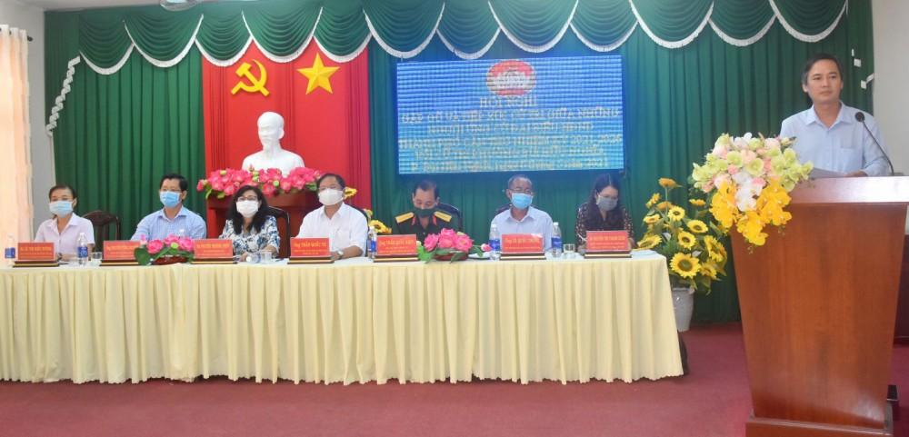 Các ứng cử viên đơn vị bầu cử số 5 lắng nghe ý kiến của cử tri phường Bùi Hữu Nghĩa, quận Bình Thủy.  Ảnh: X.ĐÀO