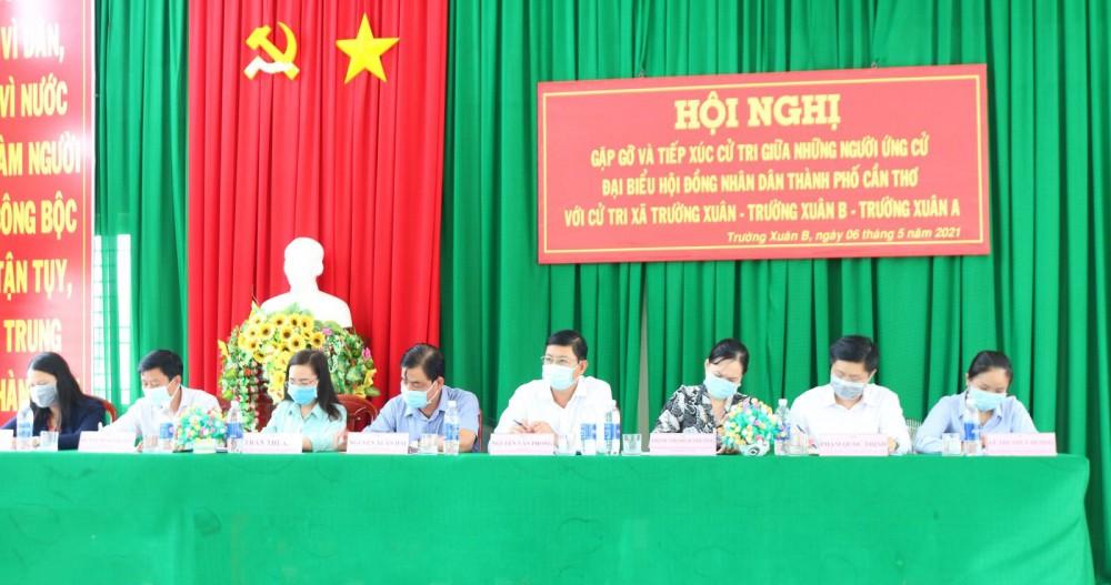Những người ứng cử đại biểu HĐND thành phố, đơn vị bầu cử số 7 huyện Thới Lai, tiếp xúc cử tri.