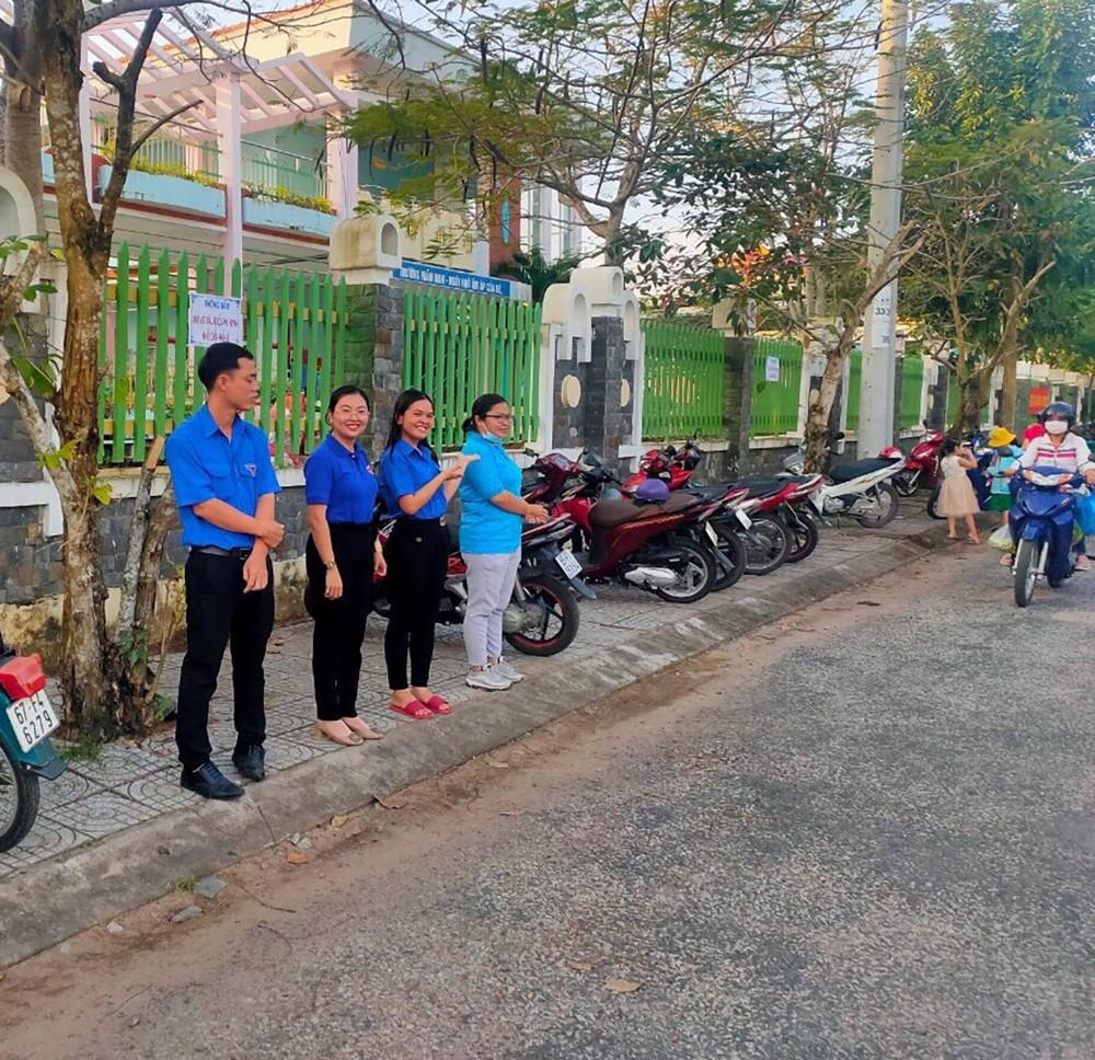 Cán bộ, đoàn viên phường Thốt Nốt tuyên truyền an toàn giao thông trước cổng Trường Mầm non Thốt Nốt.