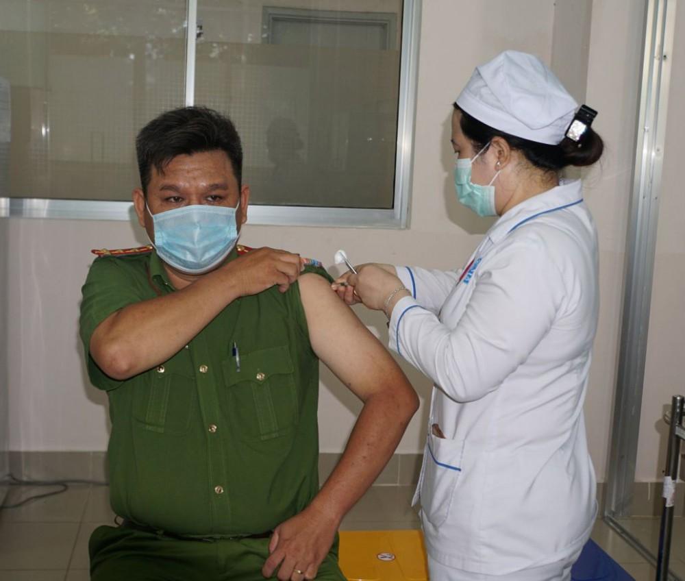 Trong 2 ngày 5 và 6-5, nhân viên y tế đã tiêm vaccine phòng COVID-19 cho 408 cán bộ, chiến sĩ công an.