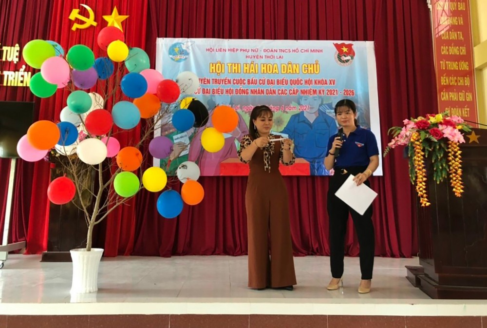 Huyện đoàn và Hội LHPN huyện Thới Lai tổ chức hội thi hái hoa dân chủ tìm hiểu về cuộc bầu cử đại biểu Quốc hội và đại biểu HĐND các cấp.