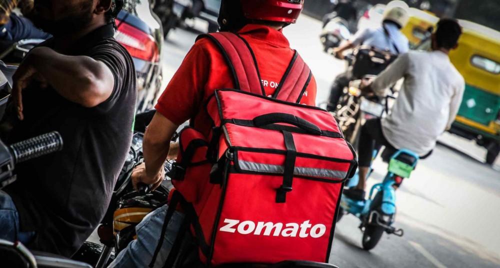 Nhân viên công ty giao đồ ăn trực tuyến Zomato trong ca làm việc. Ảnh: Nikkei Asia