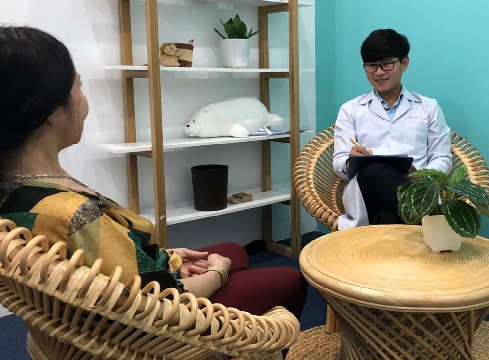 Ths.BS Trần Thiện Thắng tư vấn tâm lý cho khách hàng.