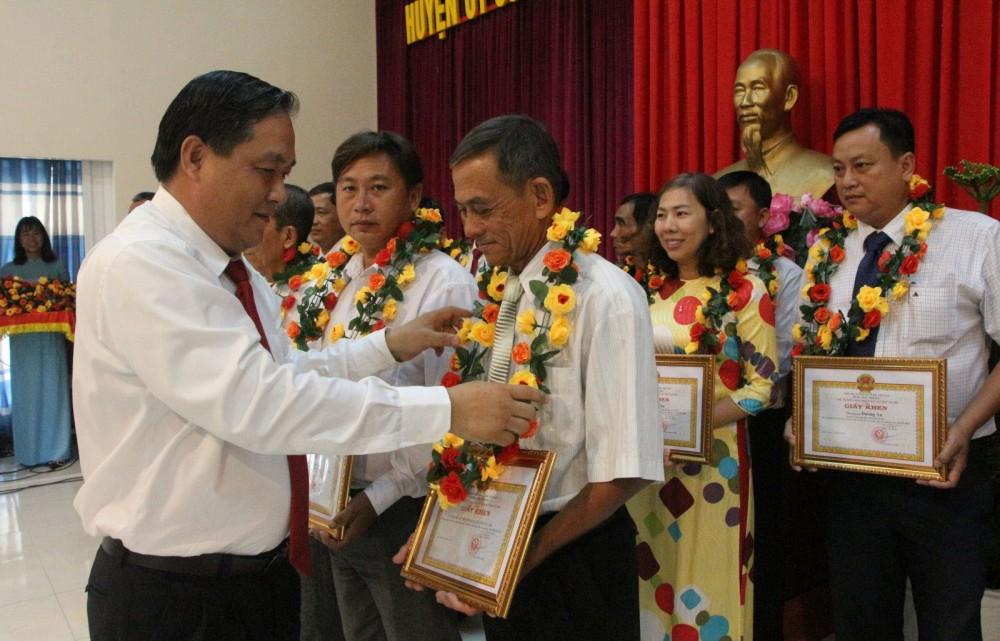 Đồng chí Nguyễn Ngọc Thanh, Phó Bí thư Thường trực Huyện ủy Cờ Đỏ, trao hoa biểu dương các tập thể, cá nhân có thành tích xuất sắc trong thực hiện Chỉ thị số 05.