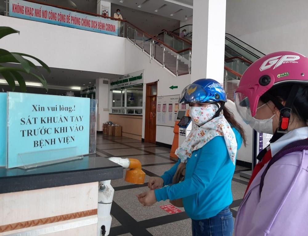 Cán bộ y tế và người bệnh, thân nhân thực hiện nghiêm nguyên tắc 5K tại BV Đa khoa TP Cần Thơ.