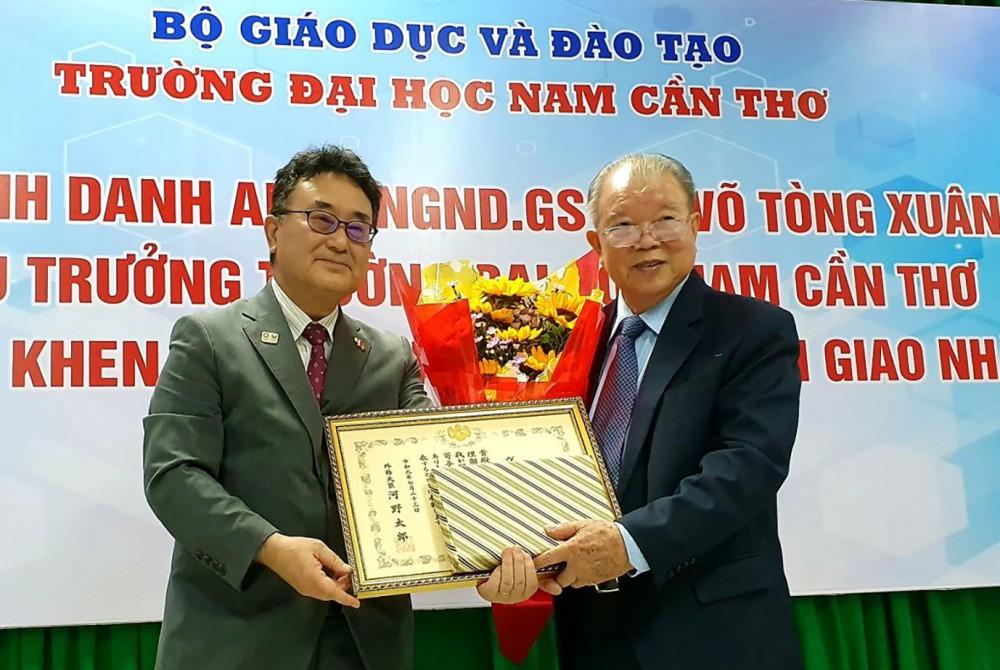Giáo sư Võ Tòng Xuân (phải) từng vinh dự nhận Bằng khen của Bộ trưởng Bộ Ngoại giao Nhật Bản. Ảnh: B.NG