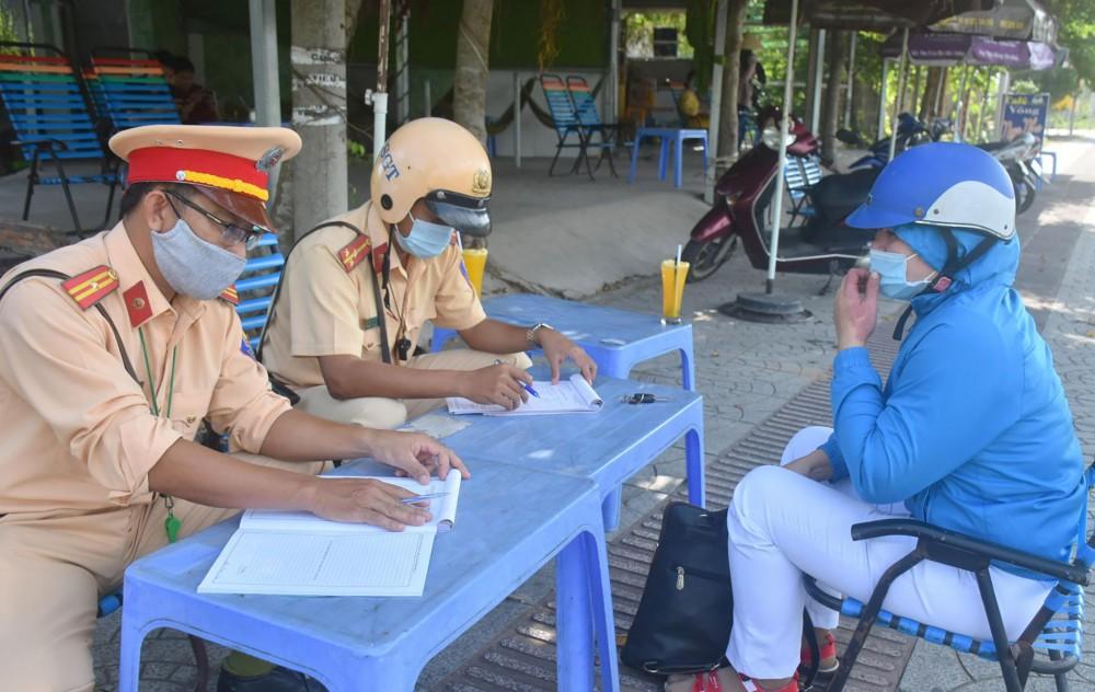 CSGT Công an quận Bình Thủy lập biên bản xử phạt vi phạm hành chính đối với người tham gia giao thông trên đường Võ Văn Kiệt.
