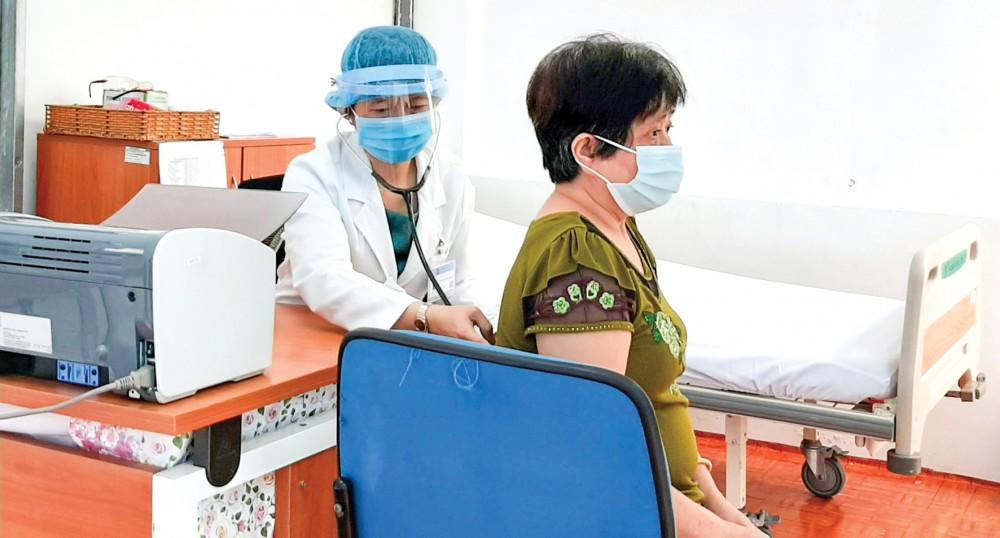 BV Đa khoa Hòa Hảo - Medic Cần Thơ thăm khám riêng cho người có yếu tố dịch tễ, triệu chứng lâm sàng liên quan đến bệnh viêm đường hô hấp. Ảnh: THU SƯƠNG