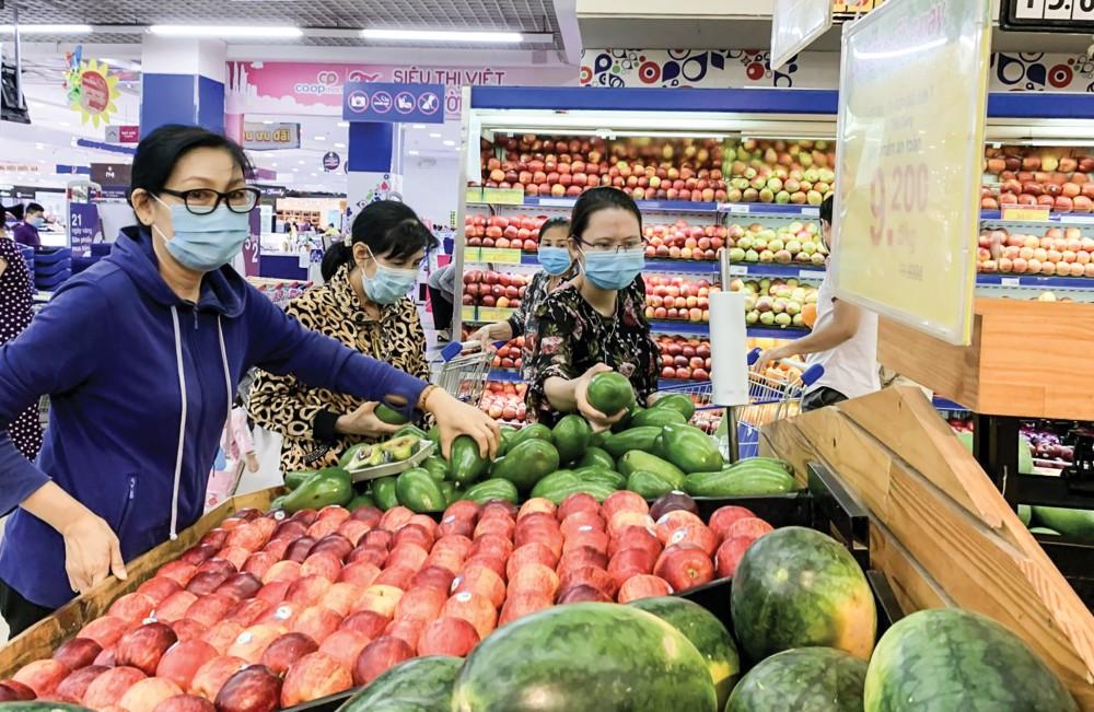 Tại các siêu thị, khách hàng phải tuân thủ đeo khẩu trang trong suốt thời gian mua sắm. Trong ảnh: Khách hàng mua sắm tại Siêu thị Co.opmart Cần Thơ.