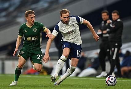 Harry Kane (phải) đang dẫn đầu danh sách Vua phá lưới EPL với 21 bàn thắng. Ảnh: Guardian