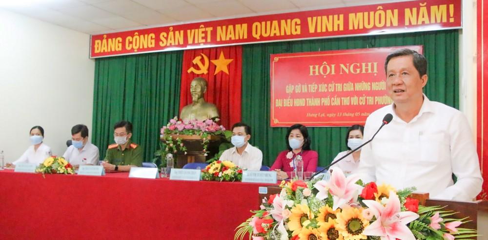 Những người ứng cử đại biểu HĐND thành phố, đơn vị bầu cử số 1 (quận Ninh Kiều) tiếp xúc cử tri phường Hưng Lợi. Ảnh: NGỌC QUYÊN