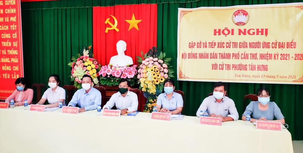 Những người ứng cử đại biểu HĐND thành phố, đơn vị bầu cử số 10 (quận Thốt Nốt) tiếp xúc cử tri phường Tân Hưng. Ảnh: H.Y