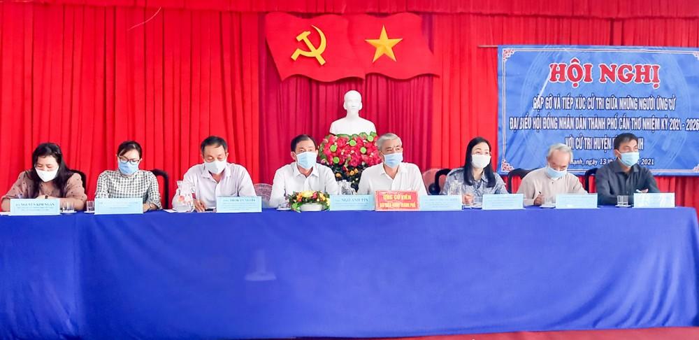 Những người ứng cử đại biểu HĐND thành phố, đơn vị bầu cử số 11 (huyện Vĩnh Thạnh) tiếp xúc cử tri.
