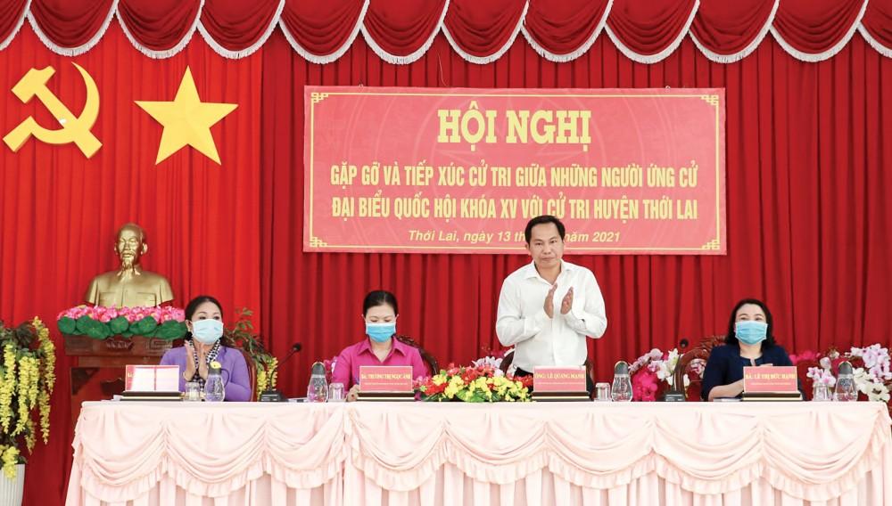 Những người ứng cử ĐBQH khóa XV, đơn vị bầu cử số 2, gặp gỡ, tiếp xúc cử tri các xã và thị trấn Thới Lai (huyện Thới Lai). Ảnh: Q. THÁI