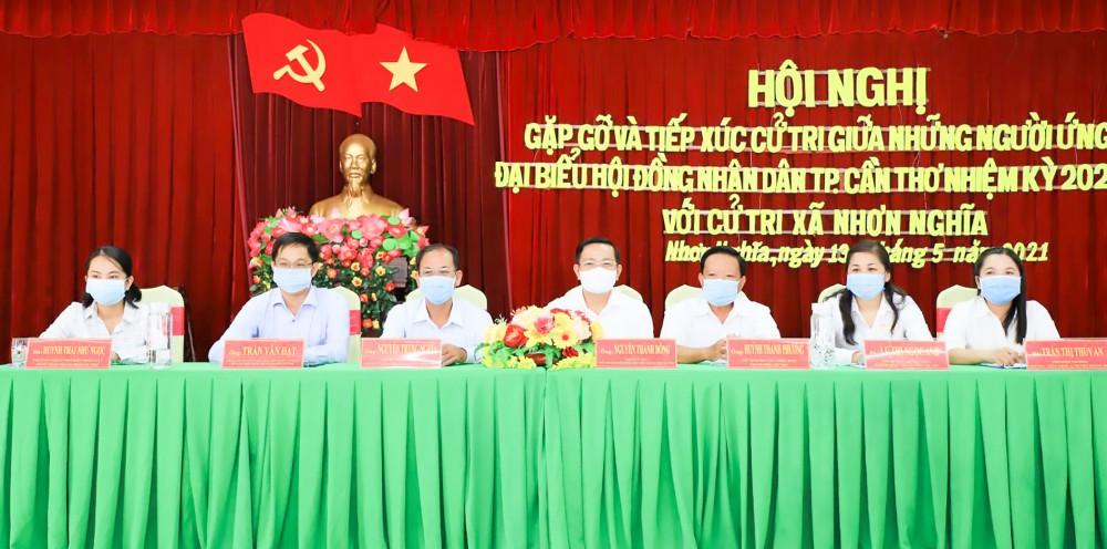 Những người ứng cử đại biểu HĐND TP Cần Thơ, đơn vị bầu cử số 4, gặp gỡ, tiếp xúc cử tri tại huyện Phong Điền. Ảnh: Hồng Vân