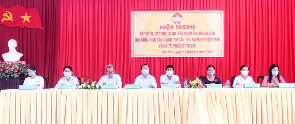 Những người ứng cử đại biểu HĐND đơn vị bầu cử số 9, gặp gỡ, tiếp xúc với cử tri phường Tân Lộc. Ảnh: Thanh Thư