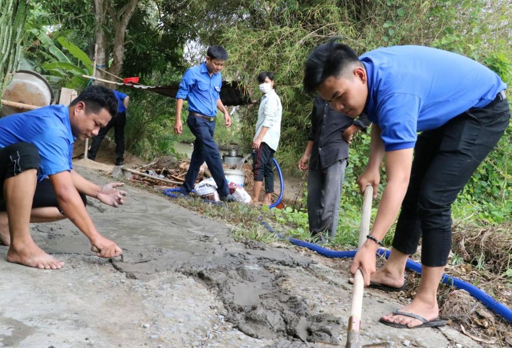 Đoàn viên, thanh niên xã Trường Xuân, huyện Thới Lai tình nguyện nâng cấp đường giao thông ở ấp Thanh Nhung.