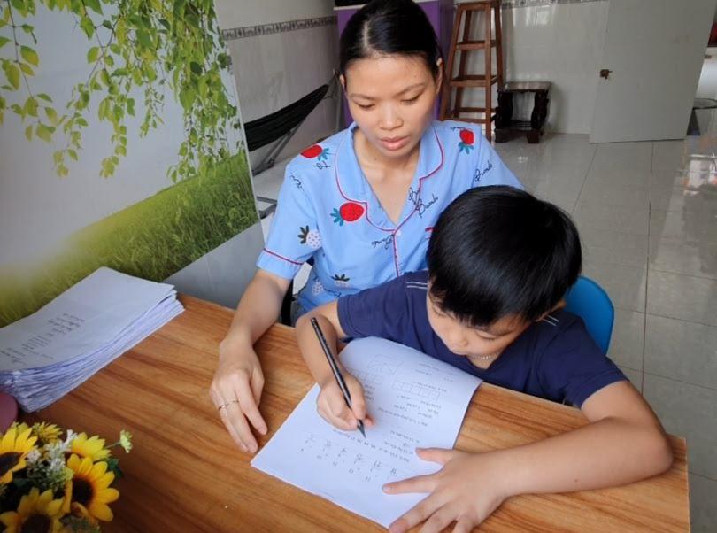 Buổi tự ôn bài học tại nhà của một học sinh Trường Tiểu học Ngô Quyền. Ảnh: B.NG