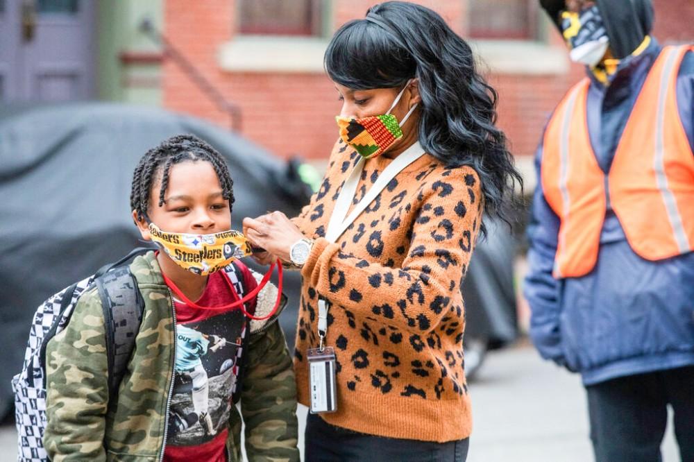 CDC khuyến nghị tiếp tục đeo khẩu trang trong các trường học ở Mỹ. Ảnh: AP
