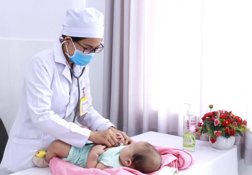BS chuyên khoa Nhi - Sơ sinh BV Phụ sản TP Cần Thơ thăm khám cho trẻ bị tăng sản tuyến thượng thận bẩm sinh trước khi xuất viện. Ảnh BV cung cấp.