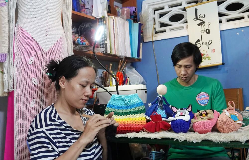 Anh Tuyền, chị Nhi móc len cho kịp đơn hàng.