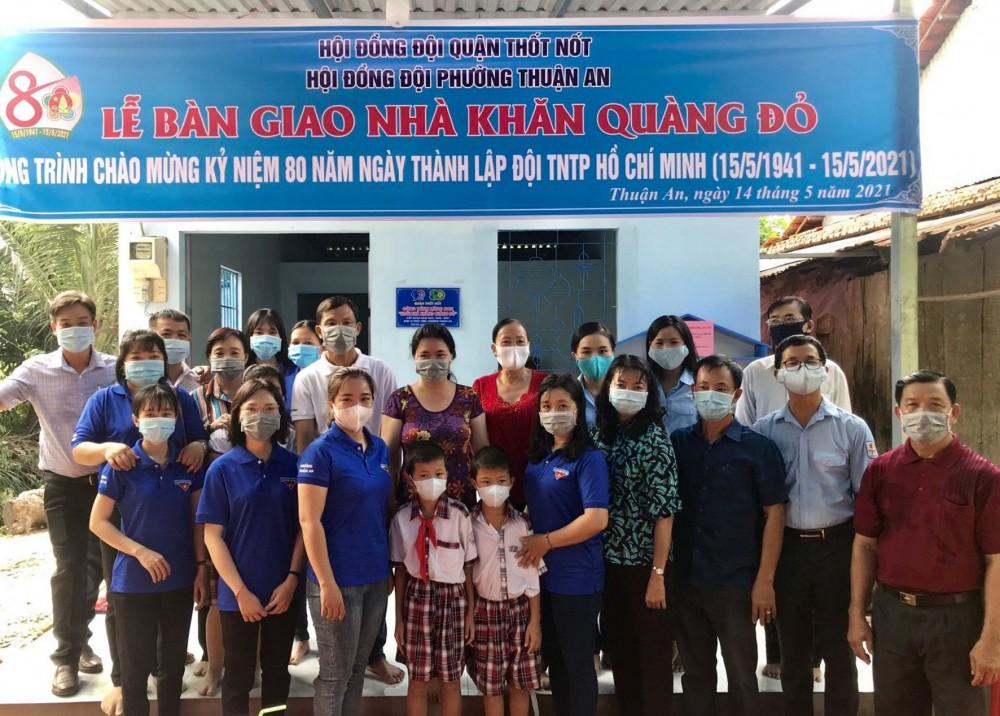 Đại diện HĐĐ quận và chính quyền địa phương tham dự lễ bàn giao nhà cho em Nguyễn Ngọc Dự (đeo khăn quàng).