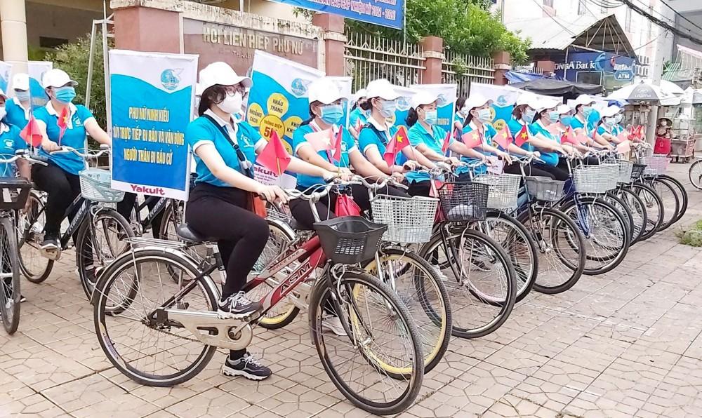 Cán bộ, hội viên Hội LHPN quận Ninh Kiều ra quân diễu hành tuyên truyền bầu cử.