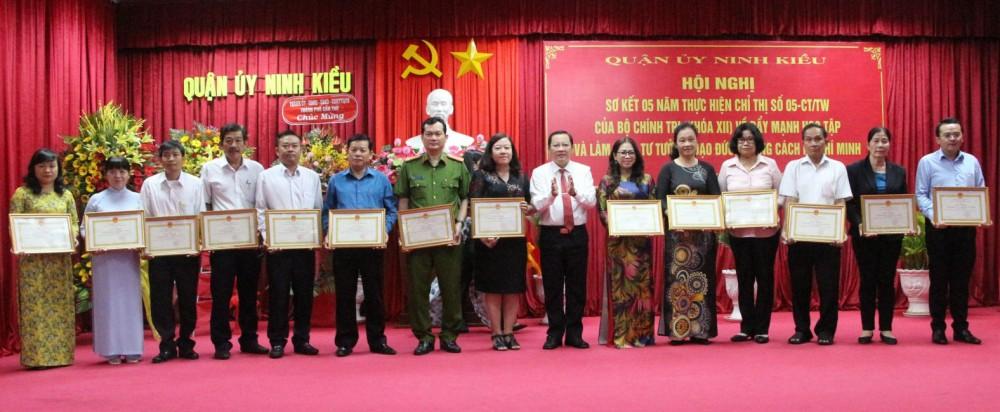 Các tập thể có thành tích tiêu biểu qua 5 năm thực hiện Chỉ thị số 05 được UBND quận Ninh Kiều tặng Giấy khen.