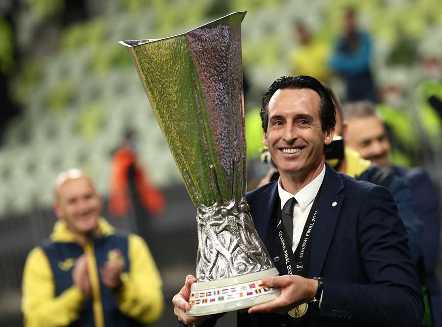 HLV Emery hạnh phúc với cúp vô địch Europa League ngoạn mục cùng Villarreal. Ảnh: Reuters