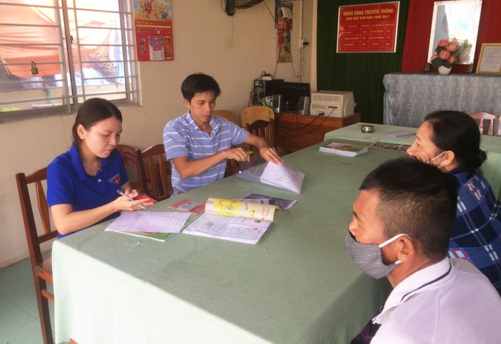Anh Đinh Văn Lợi (thứ hai bên trái) tiếp nhận, giải quyết hồ sơ đăng ký kết hôn lưu động cho người dân.