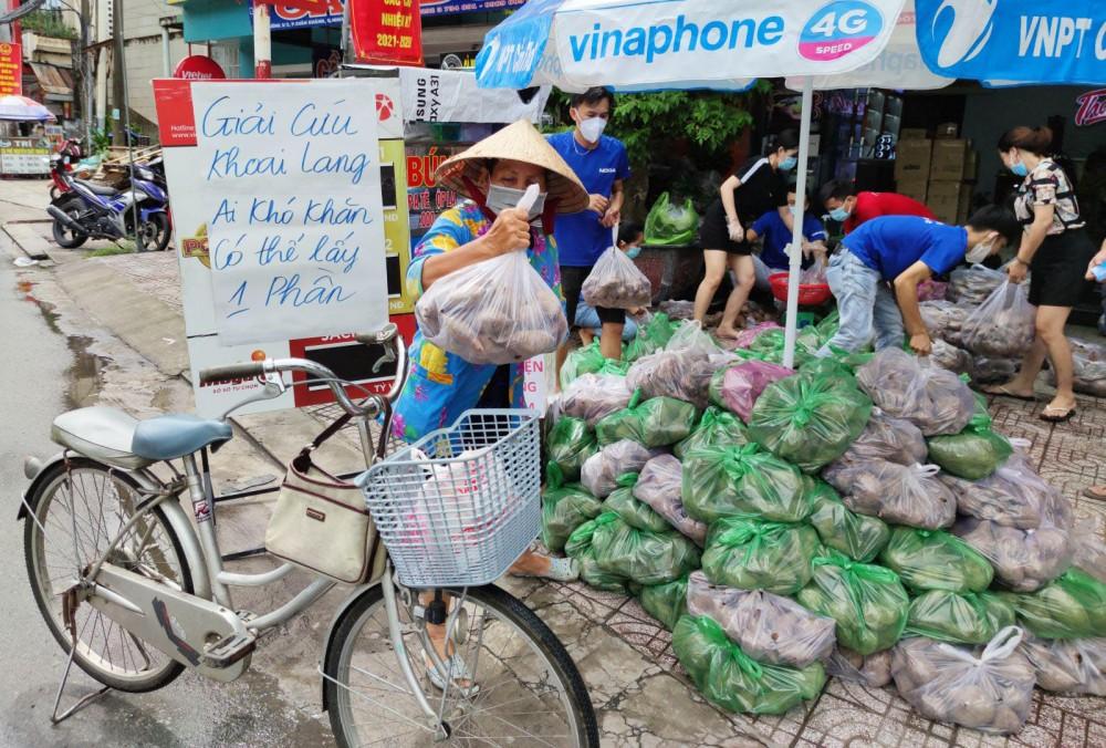 Người dân có hoàn cảnh khó khăn được nhận khoai lang miễn phí.